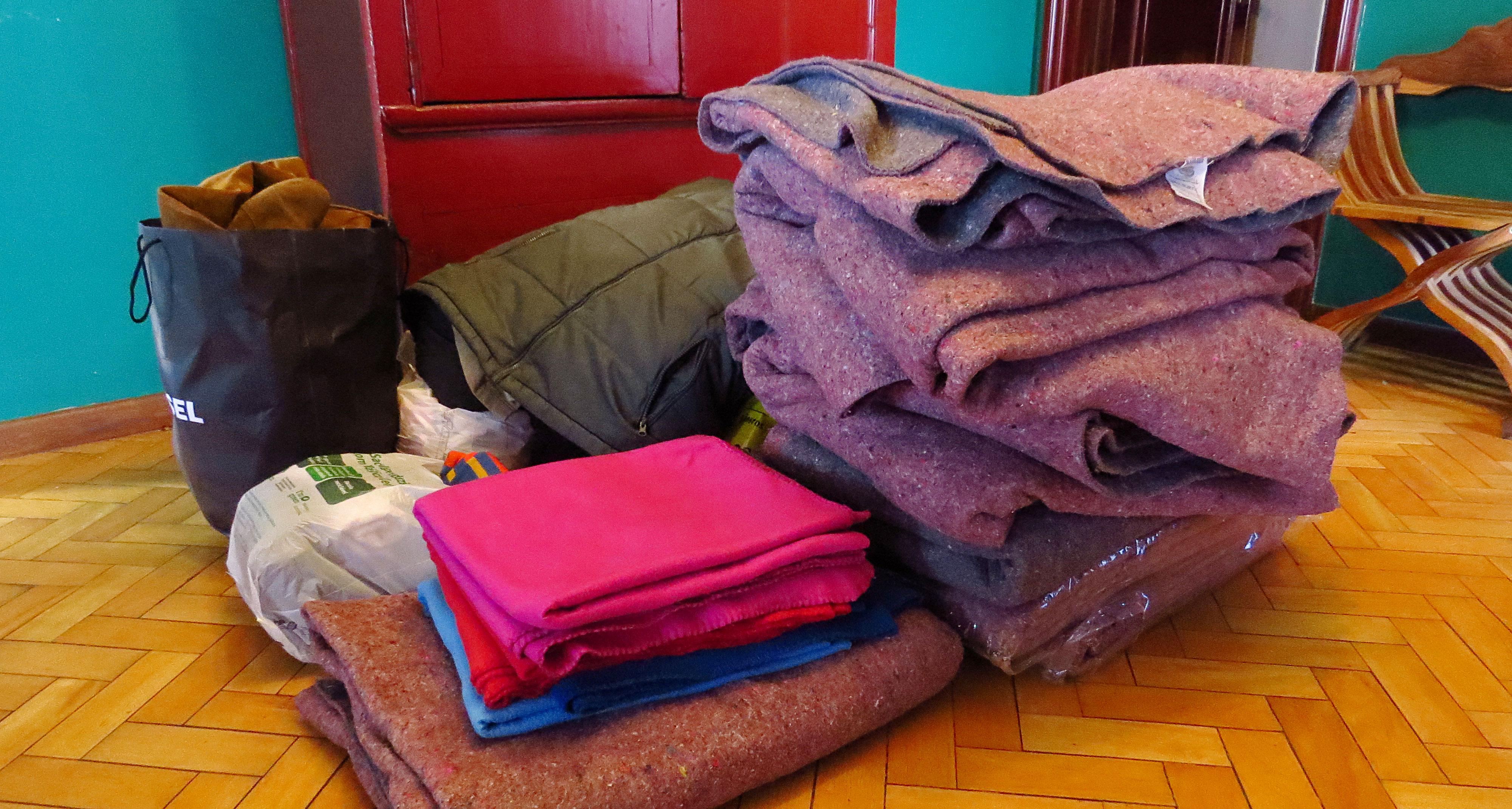 Além das marmitas, a ação também distribuiu cobertores e roupas